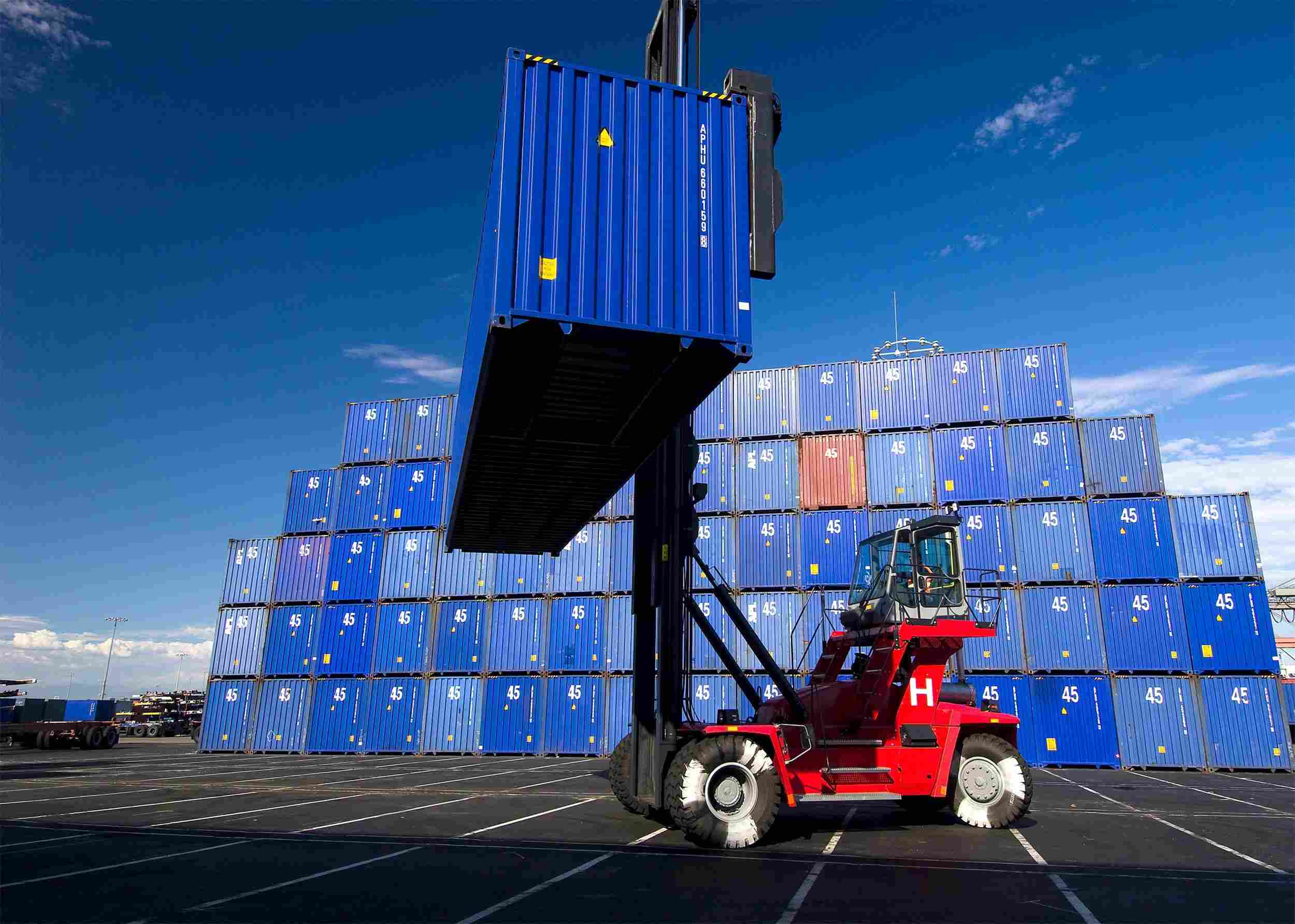 https://euro-cargo.eu/wp-content/uploads/2015/09/Red-lifter-blue-boxes-with-blue-sky.jpg